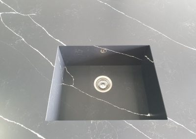 мивка от технически камък - сработена под 45 градуса с плота Technistone Poetic Black Matt